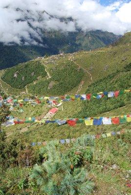 Hele Himalaya er full av flaggrekker med religiøst trykk på :-)