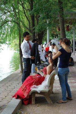 Her ordnes det! Kaos av brudepar i parken!