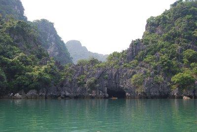 Paradisaktig bukt som det bare er en vei inn ti; gjennom en grotte :-)