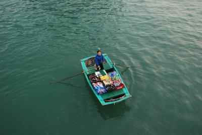 Flytende butikk - hehe - damene rodde opp til båten vår og prøvde å selge oss kioskvarer.