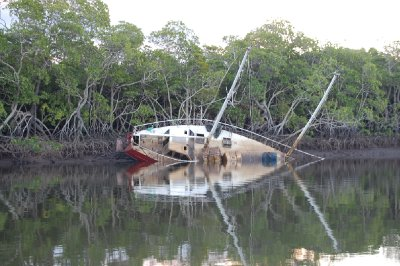 Ressultat av syklonen som traff Port Douglas tidligere i år!!!!! Båtene lå strødd etter elvebredden!!!!!