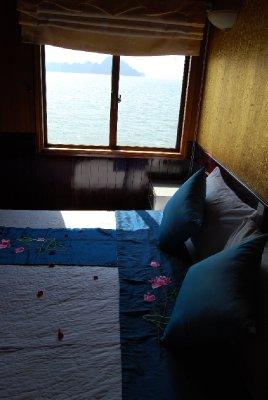 Lugaren vår; seng overstrødd med roseblader og utsikt til den nydelige bukta :-)