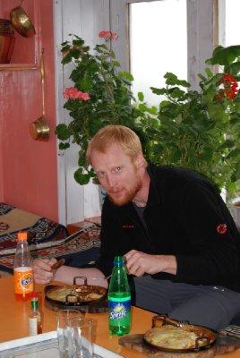 Superdupergodt med pizza og brus etter at vi har kommet oss tilbake til Lukla (16 dager etter at v var her forrige gang!)