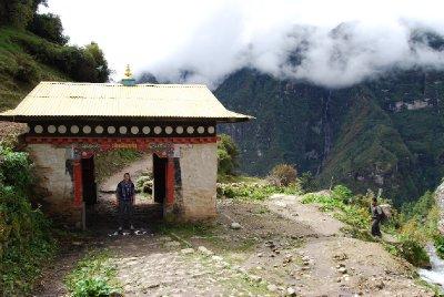 En av de hundre porter som finnes rundt omkring i Himalaya.