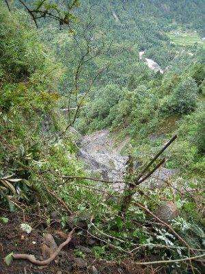 Ødeleggelser etter jordskjelvet.....her var det en gang en bru over dalen, men jordras tok hele brua så vi måtte gå en aldri så liten omvei for å komme over på andre siden.