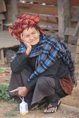 shan woman waiting