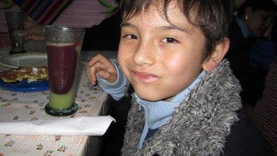 """Santiago, Pamela sitt andre barnebarn (drikker """"api"""" - en bolivian drikke)"""