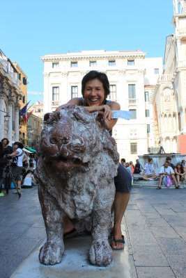 Mom and the lion in Piazza San Marco