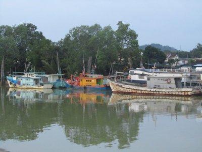 Visserboten in de haven van Mersing