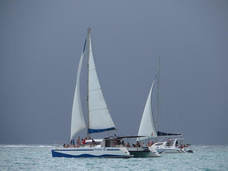 Zwaar weer op komst na een dagje catamaran van Trou d'eux Douce