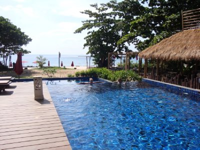 Infinity pool and the beach - paradise!