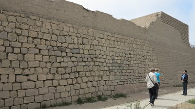 6 -  One of many amazing walls at Pachacamac (800x450)