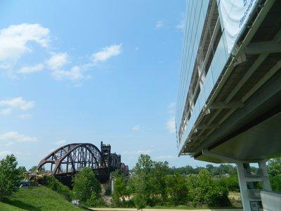 links brug, rechts library