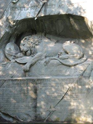 Le lion de Lucerne : construit pour honorer les mercenaires suisses mort au combat lors du règne de Louis XVI.