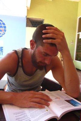 Thijs aan het studeren voor zijn PADI-brevet.