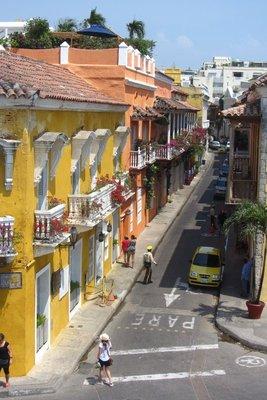 Gekleurde huizen met mooie balkonnetjes.