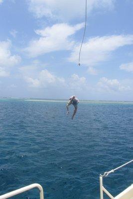 Van de boot zwieren met een touw! Heerlijk!