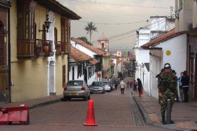 Het leger op elke hoek, op de achtergrond de typische Colombiaanse palmboom