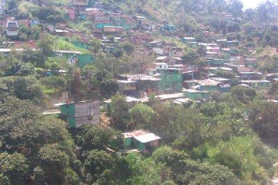 De arme wijk van Medellin. Dit is hoe 65 % wont.