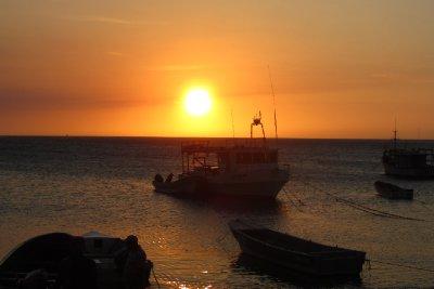 De zonsondergang in onze baai.
