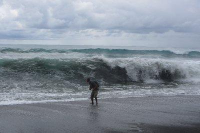 Thijs heeft schrik van de hoge golven!