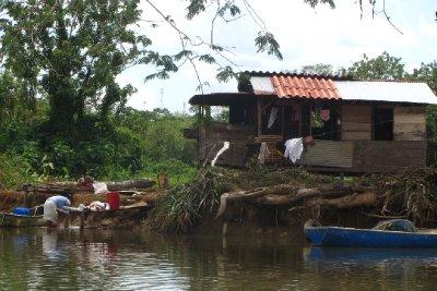Typische beelden langs de kant van de rivier.