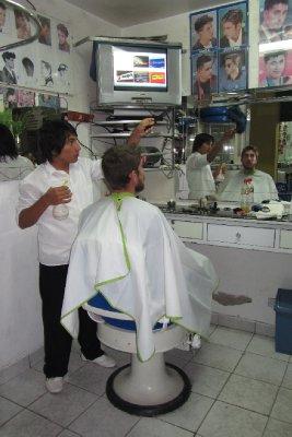 Thijs gaat naar de kapper in Nazca. Baard wordt eveneens een beetje bijgetrimd.