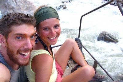 We steken de wilde rivier over in een ijzeren bakske.