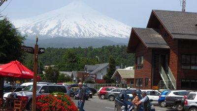 Het dorpje Pucón, omgeven door vulkanen