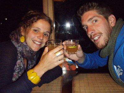 Thijs en Veerle drinken de plaatselijke Gluwein! Iets met mandarijnen.