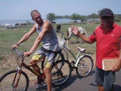 Tandemke gemaakt met kapotte fiets en de oude zingende man staat tussen ons in!