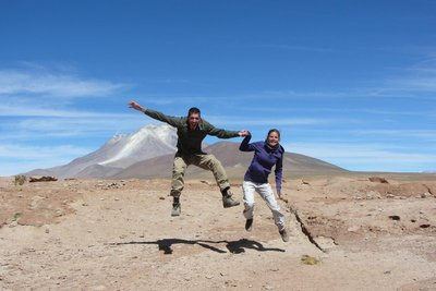 Springen voor een actieve vulkaan.