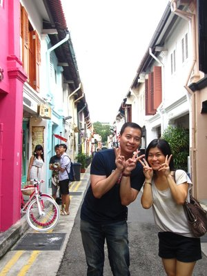 Flo and Eric being Asians on Haji Street<img class='img' src='http://www.travellerspoint.com/Emoticons/icon_smile.gif' width='15' height='15' alt=':)' title='' />