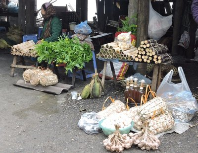 A local market on Thung Khe pass