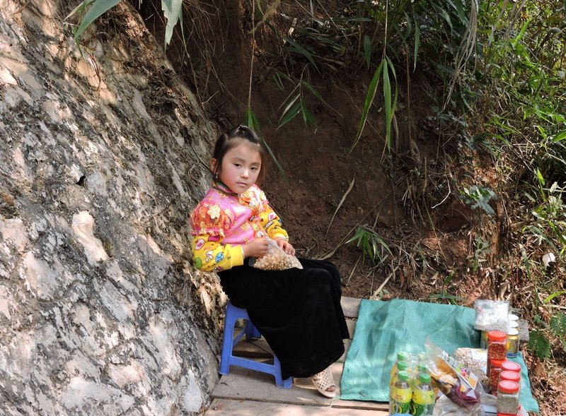 A young Thai girl selling refreshment on the way down to Dai Yem waterfall in Moc Chau