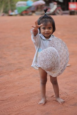 An adorable little girl outside the shopping stalls at Prasat Kravan