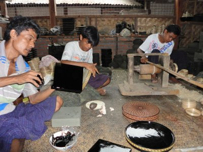 Lacquerware engravers working free hand