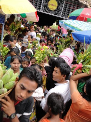 Crowds push to enter the temple