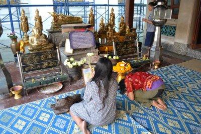 Worshipers at Wat Pho