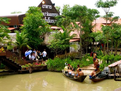 Lunch break at the Ayutthaya floating market
