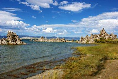 Picturesque shore of the Mono Lake at South Tufa, California