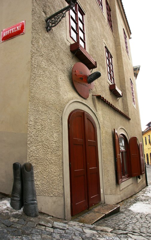 Sculpture of fingers supporting house corner in Cesky Krumlov