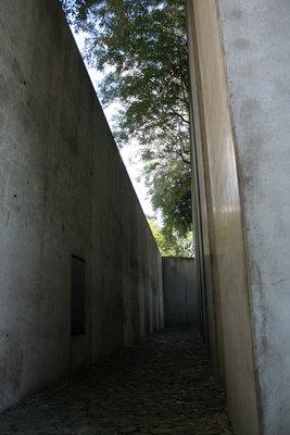 L'oeuvre est formée de 49 colonnes de bétons remplies de terre, sur lesquelles ont été plantés des oliviers.