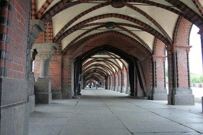 Warschauer Brücke : Un pont à 2 minutes de chez moi. Le S-Bahn, train de ville, passe au-dessus.