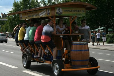 Il s'agit d'un bar roulant! Les gens s'assoient et pédalent tout en dégustant un bière.