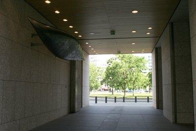 Le bâtiment de l'Ambassade canadienne abrite un canot sur lequel est représenté le territoire canadien et ses cours d'eau.