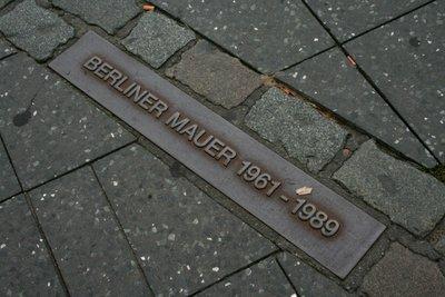 Berliner Mauer : Cette plaque ainsi que la double ligne de pierres identique l'emplacement du mur de Berlin.