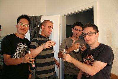 Nos amis d'Europe de l'Est (Pologne, Russie et Azerbaïdjan) dégustent de la vodka en compagnie d'un étudiant tawaïnais.