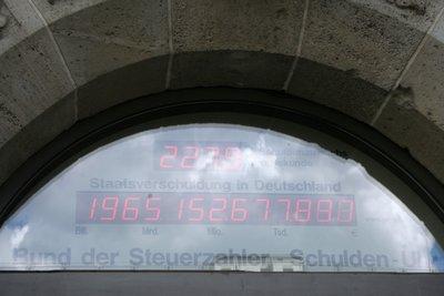 Le chiffrier du haut indique l'accroissement par seconde, et celui du bas le montant total de la dette de l'État allemand. En dessous, c'est signé la Fédération du devoir des contribuables.