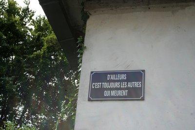 Enseigne apposée près de la porte d'entrée du bunker. L'autre côté de l'édifice arbore la même phrase, en Allemand.